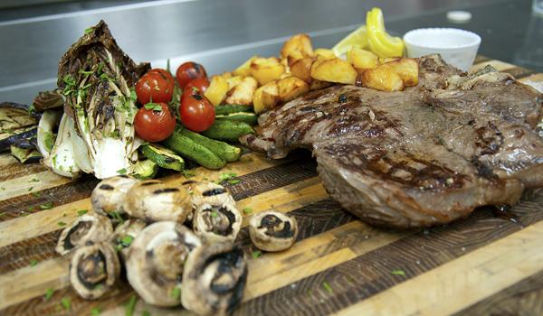 fiorentina e verdure grill nel ristorante a lecce